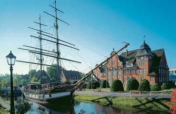 Papenburg: sailing ship in front of the town hall